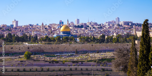 Fotomural Jerusalem's old city with town wall and Aqsa Mosque, view from Mount Of Olives,