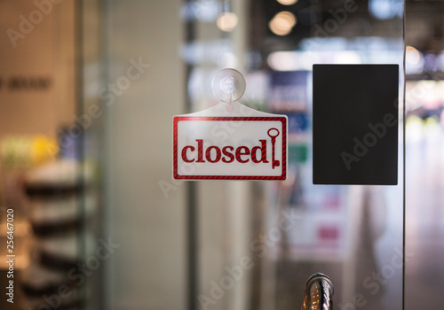 Fotografía  closed sign hanging outside a restaurant, store, office or other