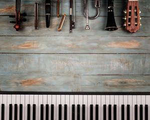 glazbeni instrumenti u drvenoj podlozi