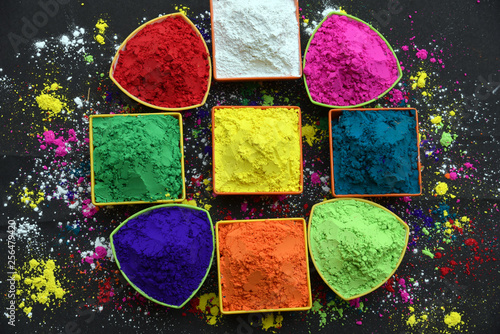 Fotografia  Several bowls with colorful Holi paint powder with coorful background
