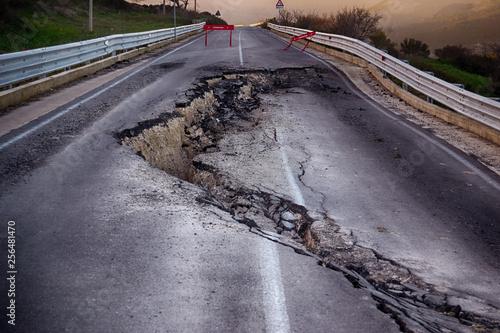 Fotografia Asphalt road destroyed by the landslide
