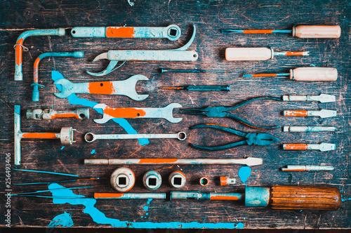 Set starzy narzędzia dla fachowego mechanika nad starym drewnianym tłem