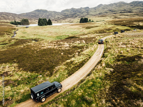 Fotografía Offroad-Tour mit SUV Geländewagen über raues Gelände mit schöner Landschaft