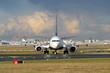 Passagierflugzeug am Boden auf dem Weg zur Startposition auf der Startbahn West am Flughafen Frankfurt - Stockfoto