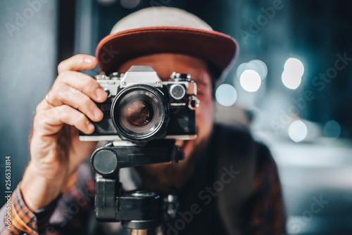 Fototapeta Man taking photo on vintage film camera obraz na płótnie