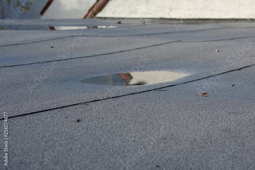Fotografia Ponding rainwater on flat roof after rain,  roof drainage and leak problem