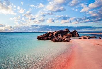 Panoramę Krety. Elafonissi plaża z różowym piaskiem przeciw niebieskiemu niebu z chmurami na Crete, Grecja