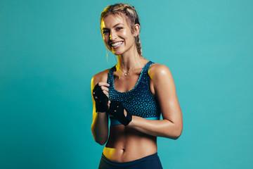 Nasmiješeni ženski fitness model