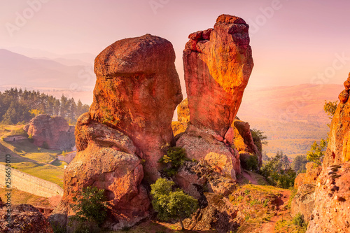 La pose en embrasure Rose clair / pale Close-up Belogradchik cliff rocks, different fantastic shapes, sunset panoramic landscape, Bulgaria