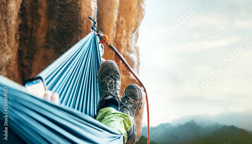 Fotografia  Climber rest in hammok on the cliff wall