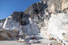 Marmo Di Carrara, Cava Principale Con Blocchi Bianco E Grigio Pronti Per Il Taglio E La Spedizione.