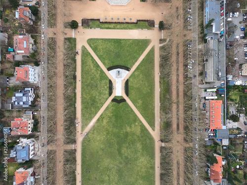 widok-z-lotu-ptaka-budynku-ulic-i-parku-w-centrum-szczecina