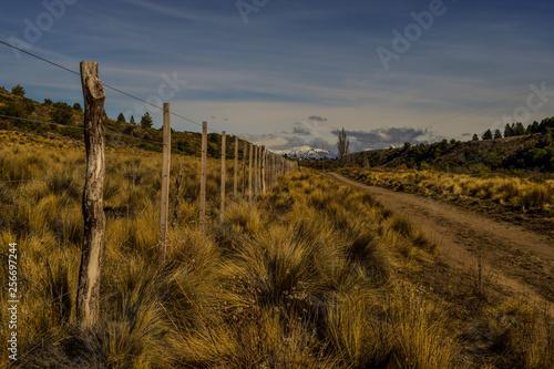 Photo camino rural de tierra y alambrado