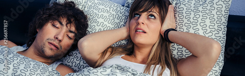 Photo  Young man snoring and his wife covering her ears annoyed by the noise