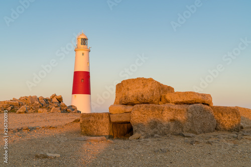 Foto  Portland Bill Lighthouse seen from the rocks near Pulpit Rock, Jurassic Coast, D