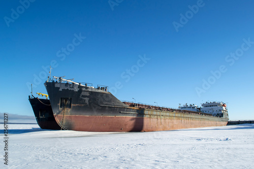 Poster Naufrage Cargo ship at the port in the winter parking
