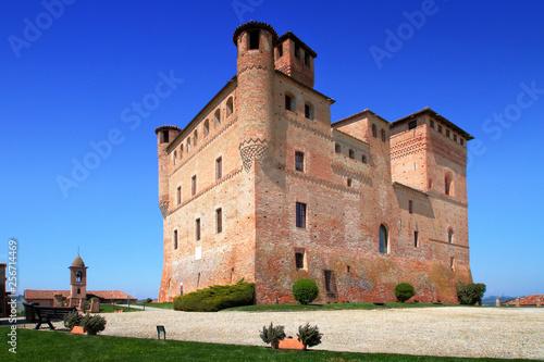 Foto  castello di grinzane cavour in italia, grinzane cavour castle in italy