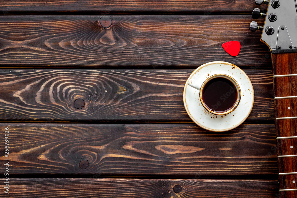 Musician work place with guitar and coffee on wooden background top view mock up <span>plik: #256739026 | autor: 9dreamstudio</span>