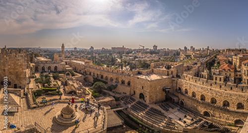 Naklejka premium Jerozolima - 03 października 2018: Panoramiczny widok z twierdzy Wieża Dawida na starym mieście w Jerozolimie, Izrael
