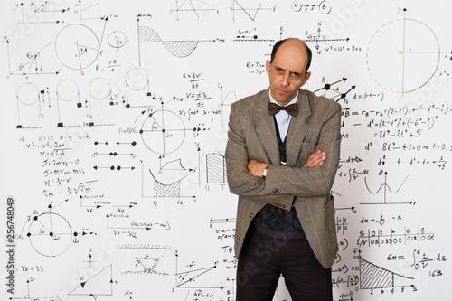 Carta da parati Middle aged caucasian mathematician explaining equations on a white wall