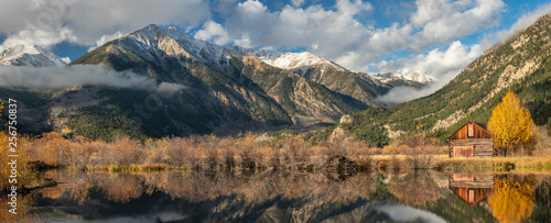 Fotografia, Obraz  Autumn Sunrise over Pond at Twin Lakes Inn - Colorado Aspen Trees