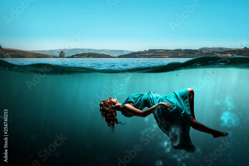 Woman dancer in clear blue water Tableau sur Toile