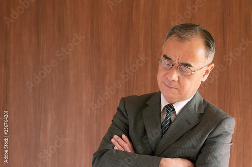 Photo 腕組みをするビジネスマン