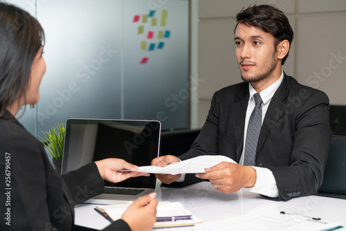Fotografía  Human resource manager interviewing the male employment candidate in the office room
