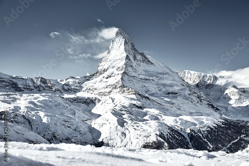 Photo matterhorn mountain covered by cloud like a flag