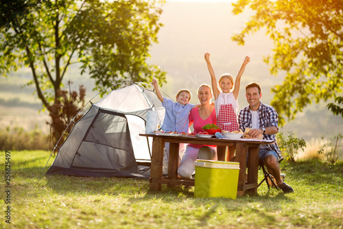 Foto happy family on camping
