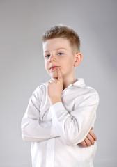 zamyślony chłopiec