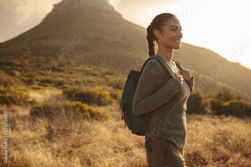 Fotografía  Woman on cross country walk