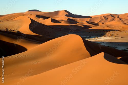 piasek-diuny-abstrakt-brac-w-sossusvlei-namibia