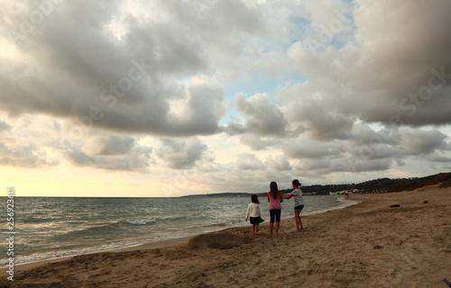 In de dag Kamperen little girls walking on the beach