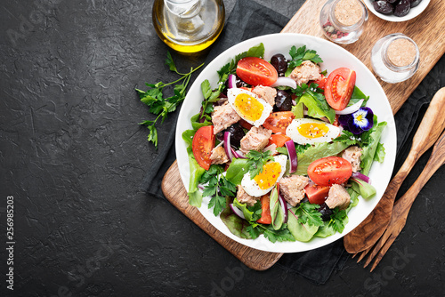 Pinturas sobre lienzo  Tuna Fish Salad with Lettuce, Cherry Tomatoes, egg and olives.