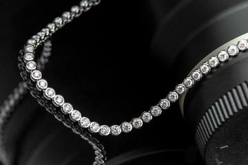 Naszyjnik diamentów strzał z obiektywem na czarnym tle refleksji