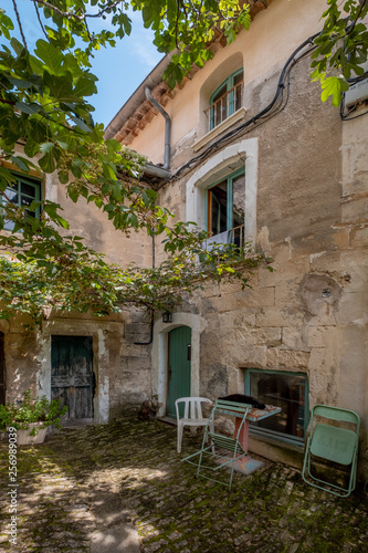 Fotografia  Facade and interior of a courtyard in the village of Lacoste located in French P