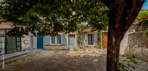 Foto  streets and backyard square of city of Arles located in french provence