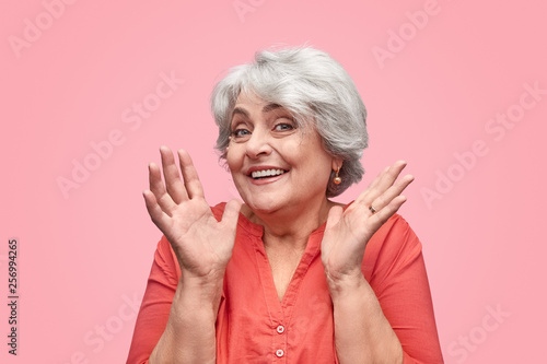 Photo  Beautiful elderly woman gesturing with hands