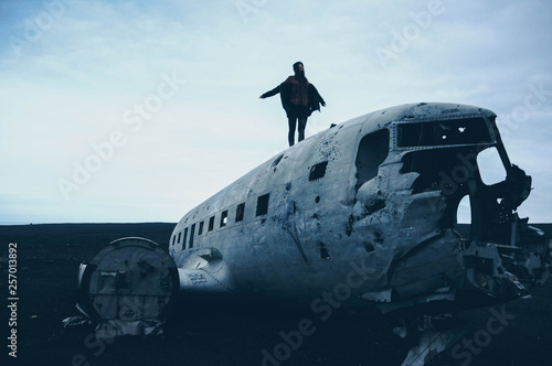 Foto auf Gartenposter Nordlicht Girl on top of the crashed plane