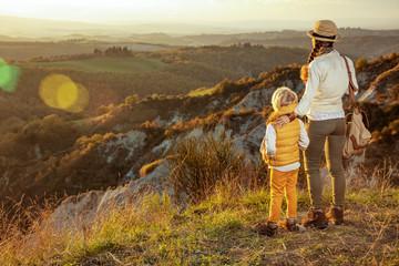 matka i dziecko turystów w Toskanii patrząc na odległość