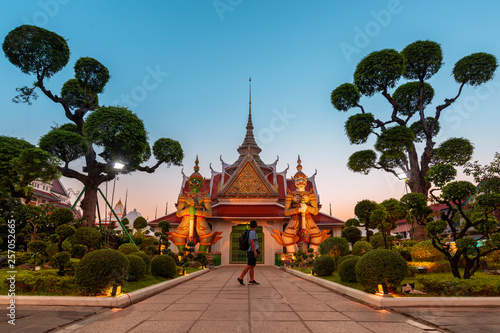 Photo  The atmosphere inside Wat Arun temple landmark and iconic of Bangkok during sunset