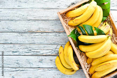 Fresh bananas in a wooden box. Top view. Free copy space. Fototapete