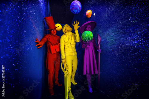 Photo Group of stylized fantasy actors in scenic make-up and bright colored background