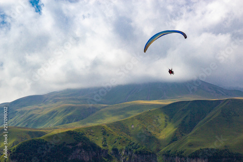 Spoed Foto op Canvas Luchtsport Paragliding in Gudauri Recreational Area in the Greater Caucasus mountains