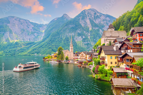 Recess Fitting Salmon Scenic view of famous Hallstatt village in Austria
