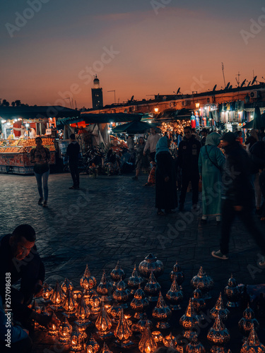 Fotografía The famous hustle and bustle at the Djemaa el Fna at dusk in Marrakech