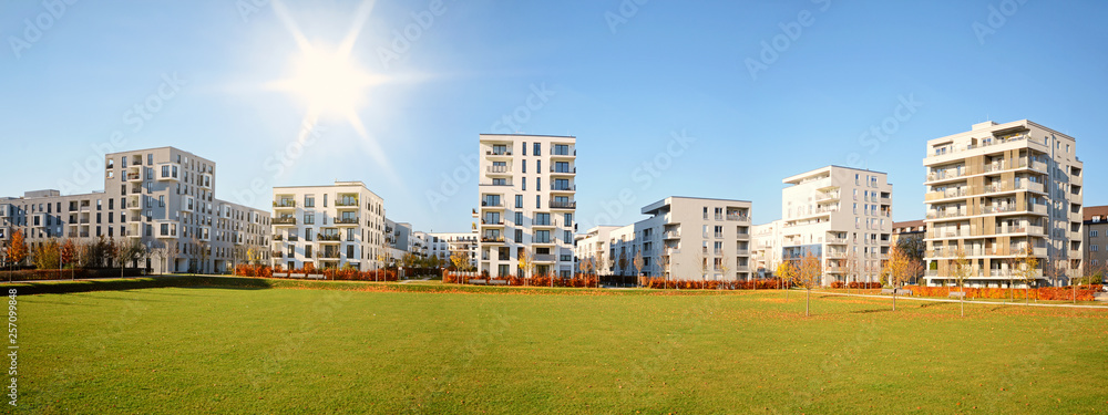 Fototapeta Stadtlandschaft mit modernen Wohnhäusern im Herbst