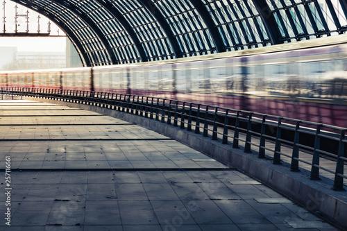 Fotografía  Zug fährt duch einen Bahnhof