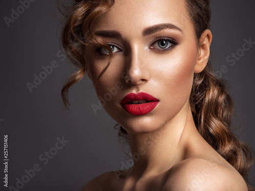 Fotografía  Beautiful face of young woman with red lipstick.